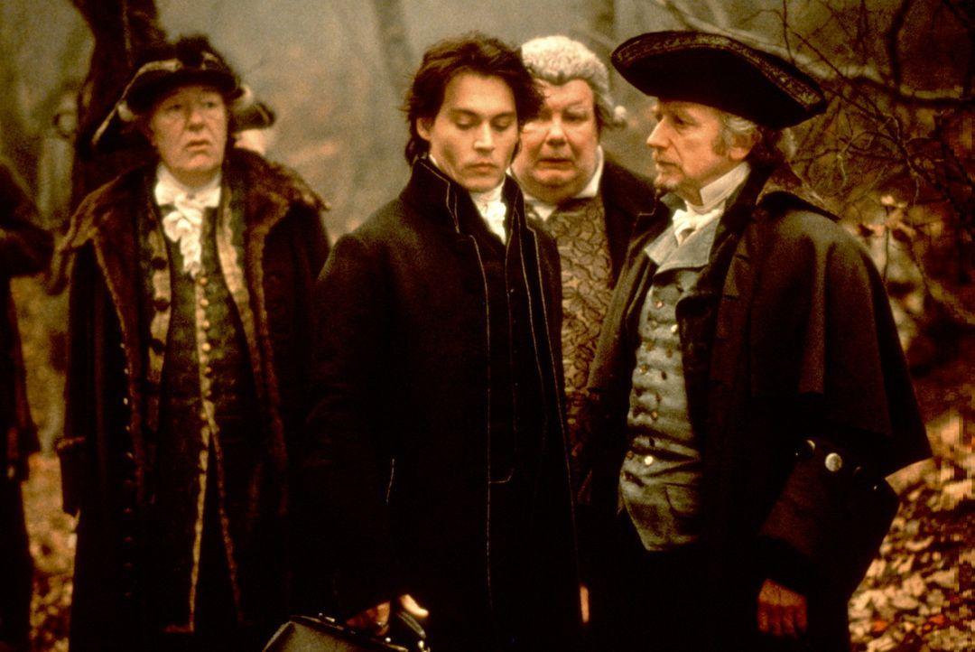 Gendarm Ichabod Crane (Johnny Depp, M.) glaubt nicht an Hokuspokus, wie der Dorfmagistrat ... - Bildquelle: Constantin Film