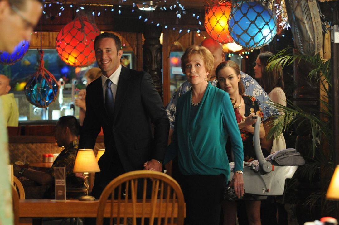 Steve (Alex O'Loughlin, l.) und Mary (Taryn Manning, r.) die Thanksgivings-Feier in Nickys Bar, um gute Erinnerungen an ihre Tante Deb (Carol Burnet... - Bildquelle: 2013 CBS BROADCASTING INC. All Rights Reserved.