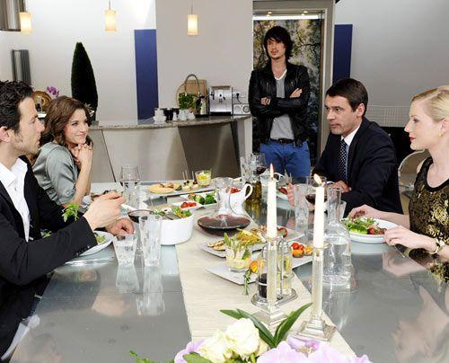 Beim gemeinsamen Abendessen mit Helena und Stefan in dessen Villa beginnt für Michael - dank Helenas gnadenloser Sticheleien - ein emotionaler Spie... - Bildquelle: Christoph Assmann - Sat1