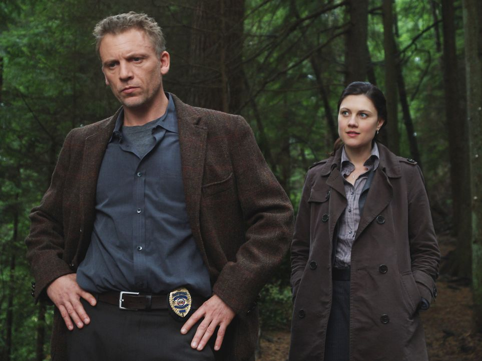 Die beiden Detectives Brian Larson (Callum Keith Rennie, l.) und Kate Tunney (Michelle Harrison, r.) ermitteln in dem Fall des vermissten Nick Powel... - Bildquelle: Hollywood Pictures & Spyglass Entertainment.  All rights reserved