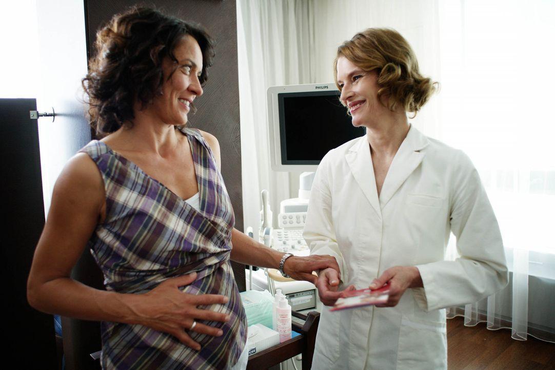 Silkes (Ulrike Folkerts, l.) Gefühle fahren Achterbahn, als sie von der Frauenärztin (Kristina van Eyck, r.) erfährt, dass sie schwanger ist: Ein... - Bildquelle: Sat.1