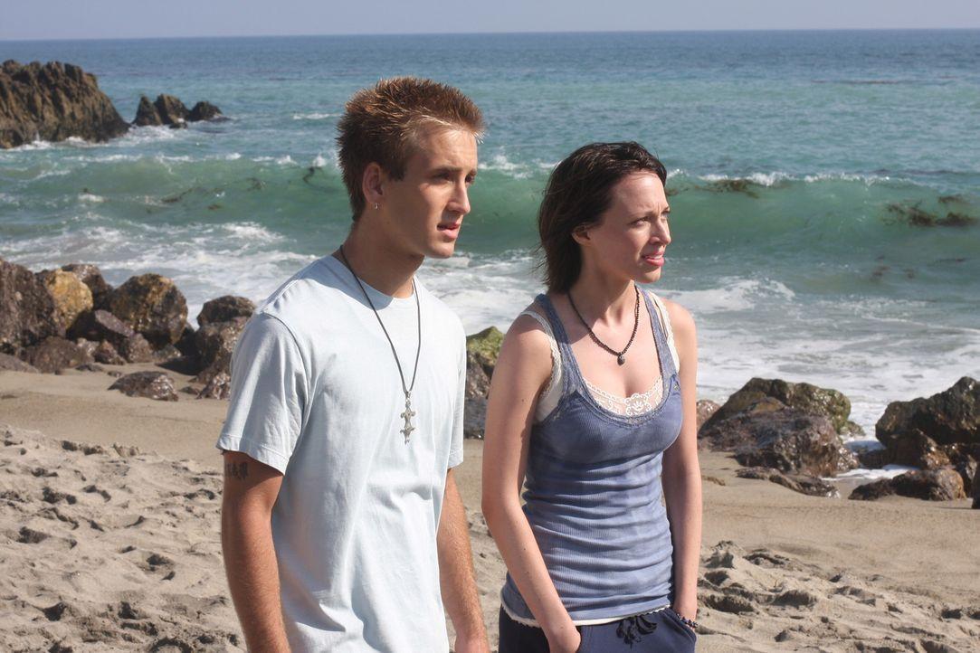 Mit Hilfe von Hope (Michelle Page, r.) und Win (Will Rothhaar, l.) erhofft sich Patrick Jane, den Mörder der 15-jährigen Christine zu finden ... - Bildquelle: Warner Bros. Television
