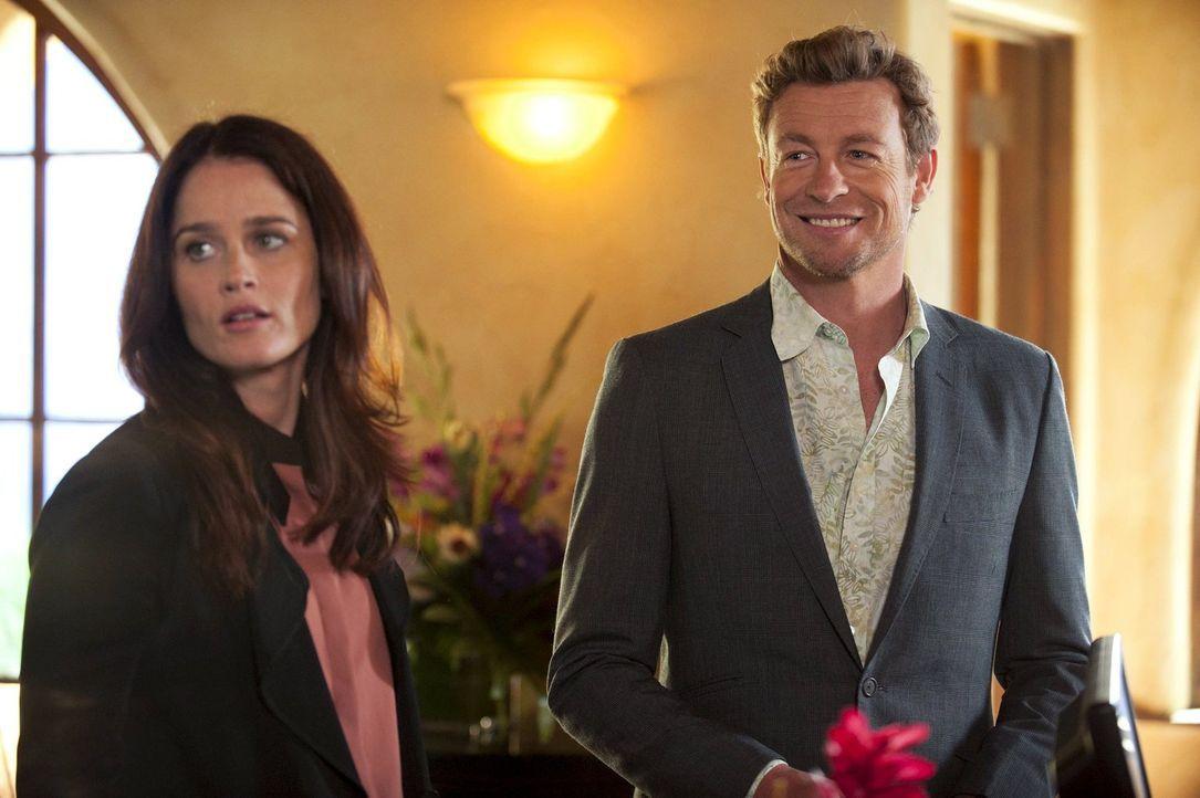Nachdem Lisbon (Robin Tunney, l.) ihre Washington-Pläne vertagen und einen Fall in Miami mit Jane (Simon Baker, r.) lösen muss, hat dieser nun endgü... - Bildquelle: Warner Bros. Television