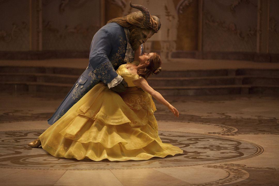 Biest (Dan Stevens, l.) Belle (Emma Watson, r.) - Bildquelle: Disney Enterprises, Inc.