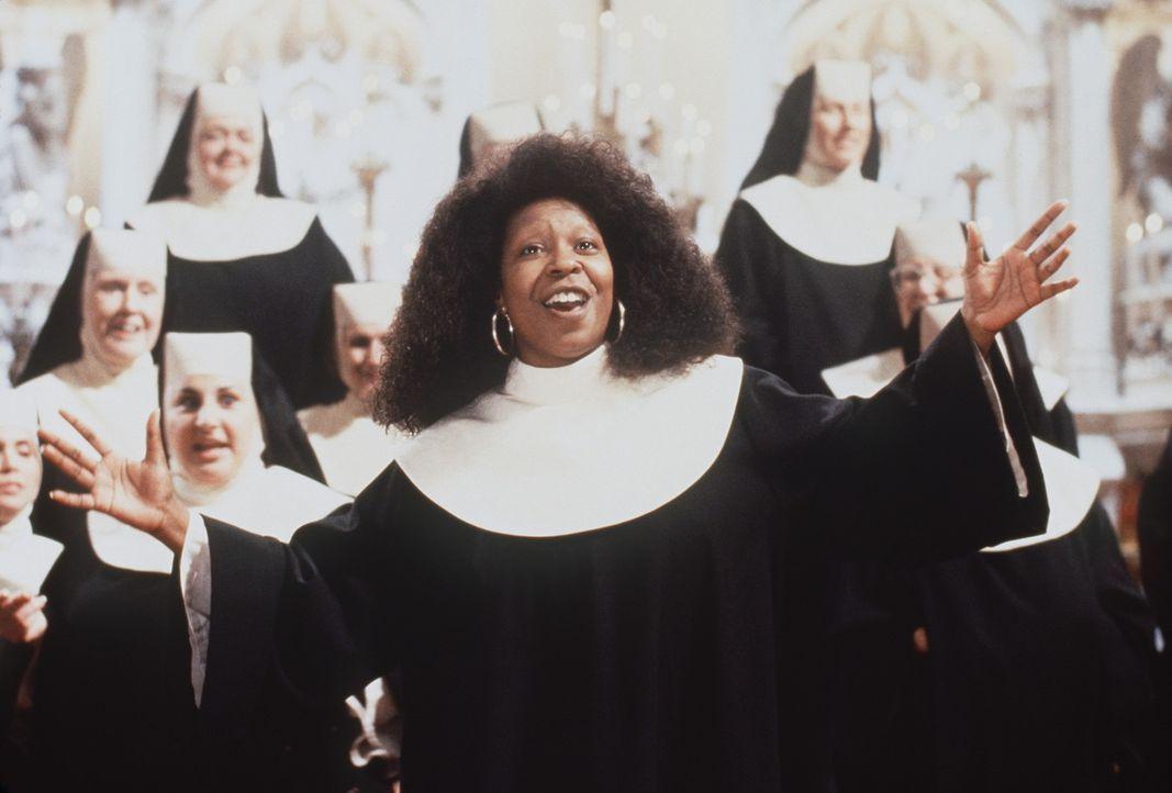 Im Klosterchor kann sich Deloris (Whoopi Goldberg, M.) austoben: Unter ihrer Leitung kommen die Nonnen auf Touren, dass es durch die Kirche nur so s... - Bildquelle: Buena Vista Pictures
