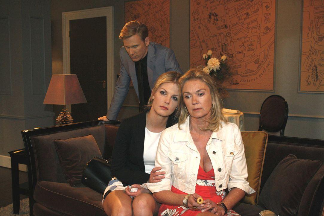 Alexandra (Ivonne Schönherr, l.) und Elisabeth Aden (Birte Berg, r.) ahnen nicht, dass Philip (Philipp Romann, hinten) etwas mit dem Tod von Julius... - Bildquelle: SAT.1