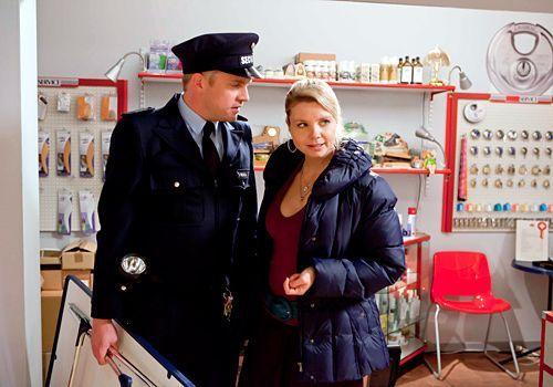 Beim zweiten Fall wird's persönlich: Da Sven (Sebastian Bezzel) auf Schadensersatz verklagt wurde, steht Danni (Annette Frier) ihm bei und vertritt... - Bildquelle: Frank Dicks - Sat1