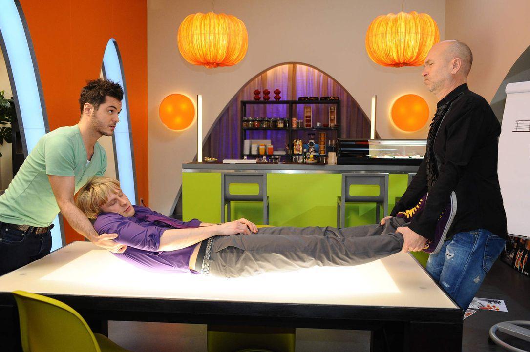 Virgin (Chris Gebert, M.) macht Bruno (K. Dieter Klebsch, r.), unter dem Einfluss von Susannes Kräutertrunk, eine Liebeserklärung und fällt gleic... - Bildquelle: SAT.1