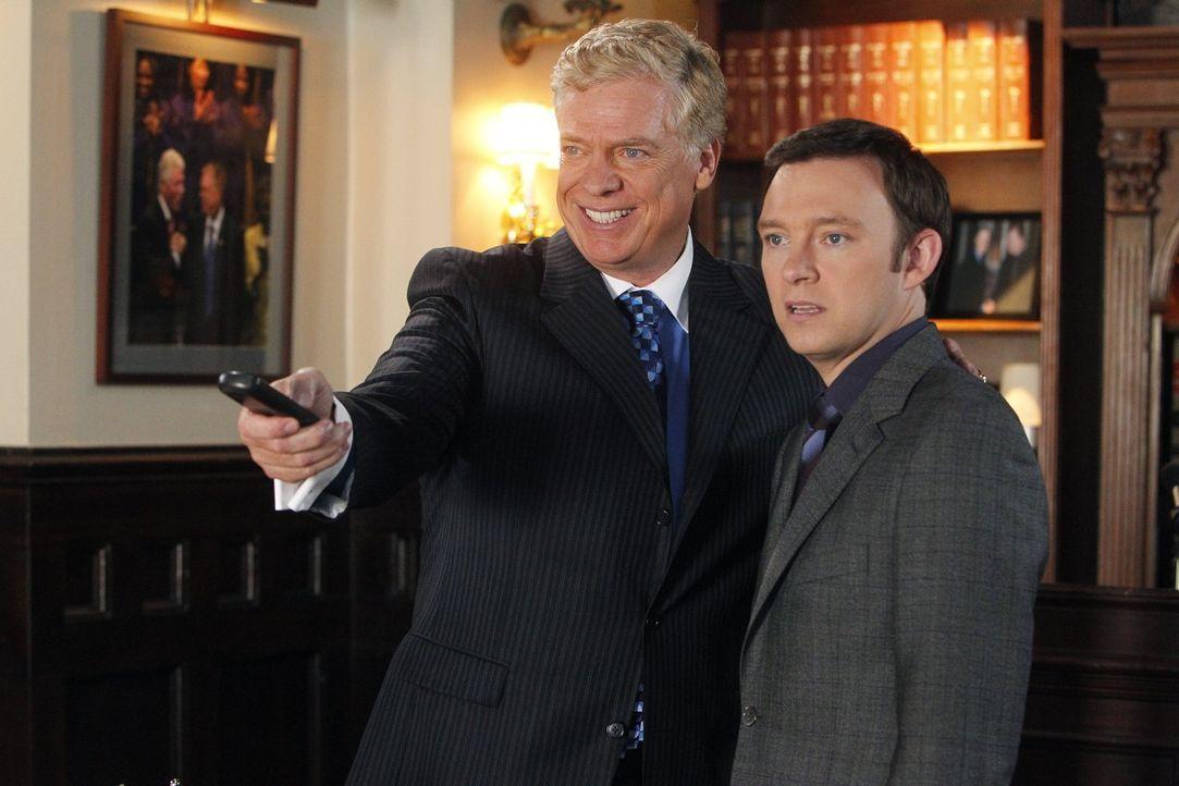 In seinem neuen Fall bekommt es Adam (Nathan Corddry, r.) mit Tommy Jefferson (Christopher McDonald, l.) zu tun - mit dem nicht zu spaßen ist ... - Bildquelle: Warner Bros. Television
