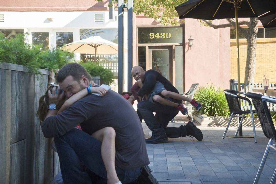 Ein unbekannter Anrufer erzählt Callen (Chris O'Donnell, 2.v.l.) und Sam (LL Cool J, r.), dass gleich an einer nahen Bushaltestelle eine Bombe hochg... - Bildquelle: Neil Jacobs 2015 CBS Broadcasting, Inc. All Rights Reserved.