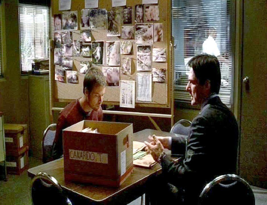 """Aaron """"Hotch"""" Hotchner (Thomas Gibson, l.), der Chef der Abteilung befragt einen Verdächtigen ... - Bildquelle: Touchstone Television"""