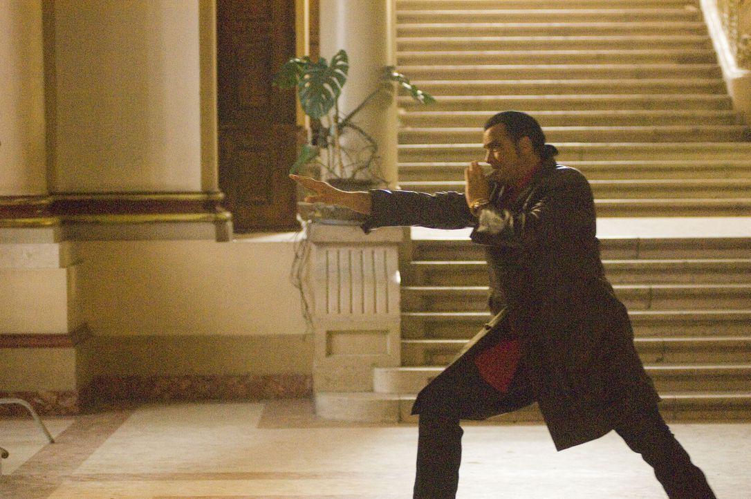 Er ist nie ohne Waffe: Spezialagent Jack Foster (Steven Seagal) ist auch darauf trainiert, mit seinen bloßen Händen zu töten ... - Bildquelle: 2006 Micro Fusion 2005-1 LLP. All rights reserved.