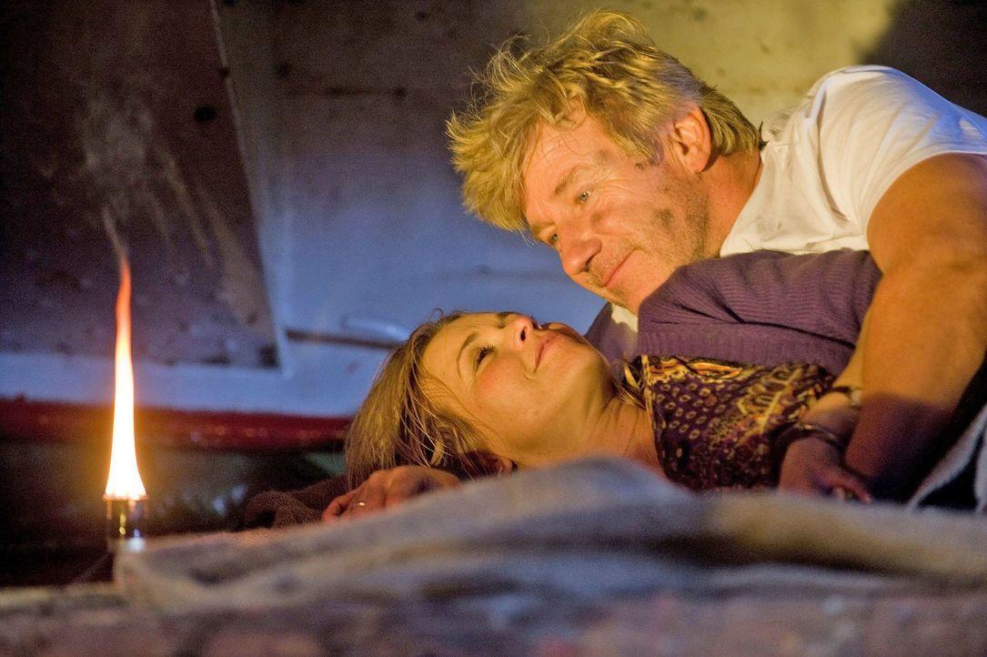 Noch einen Tag zuvor hätte sich Reinhard (Jörg Schüttauf, r.) niemals träumen lassen, dass er mit Hannah (Tina Ruland, l.) die Nacht in Berlin i... - Bildquelle: Gordon Mühle Sat.1