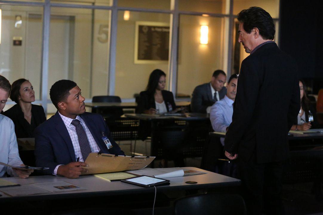 Bei einer Unterrichtstunde zum Thema Profiling, die Rossi (Joe Mantegna, r.) hält, bekommt er einen Anruf von dem inzwischen inhaftieren Serienkille... - Bildquelle: Michael Yarish 2016 ABC Studios. All rights reserved.