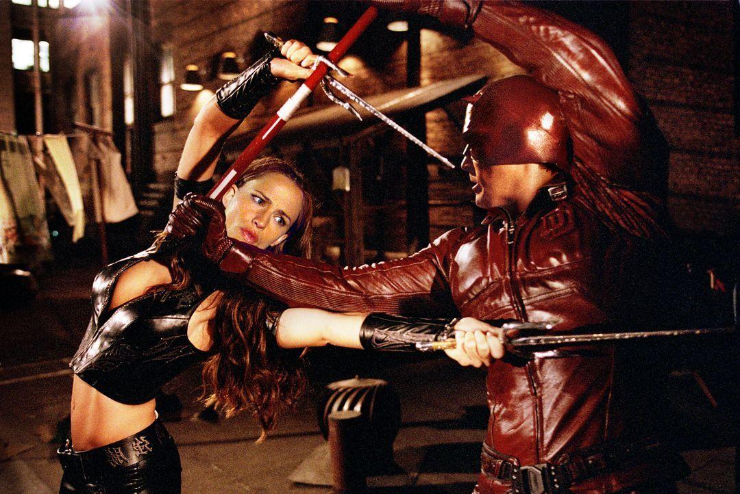 Tagsüber die große Liebe, nachts fliegen die Fetzen: Elektra (Jennifer Garner, l.) und Daredevil (Ben Affleck, r.) ... - Bildquelle: 2003 Twentieth Century Fox Film Corporation. All rights reserved.