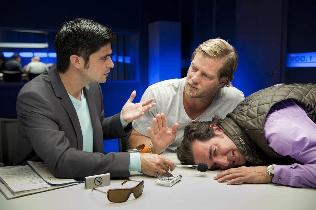 Schon bald kommt Mick (Henning Baum, M.) und Andreas (Maximilian Grill, l.) der Verdacht, dass Pizzafahrer Fabio (Thomas M. Held, r.) mit Pinocchio... - Bildquelle: SAT.1