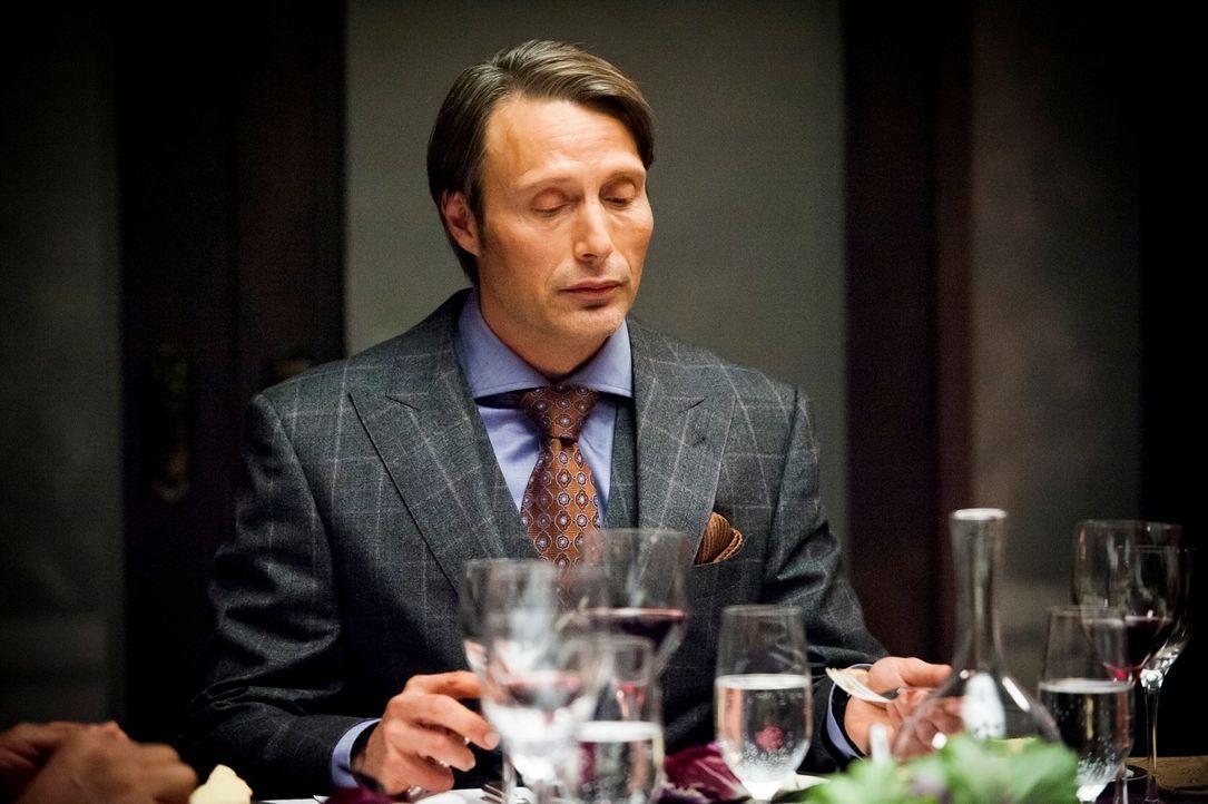 Bei Dr. Hannibal Lecter (Mads Mikkelsen) kommt nur frisches Fleisch auf den Tisch. Dass es sich allerdings um Menschenfleisch handelt, weiß außer... - Bildquelle: Brooke Palmer 2012 NBCUniversal Media, LLC