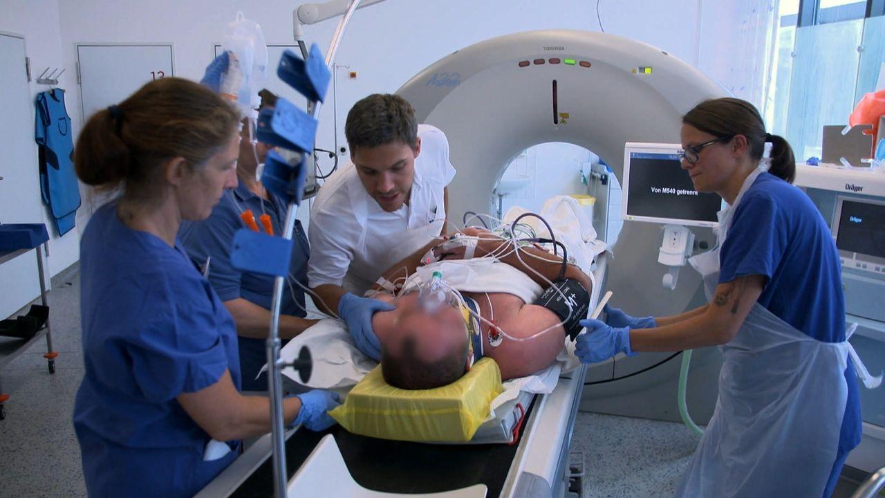 Neben den Notfallsanitätern von Frankfurt und den Ärzten der Unfallklinik Lu... - Bildquelle: SAT.1