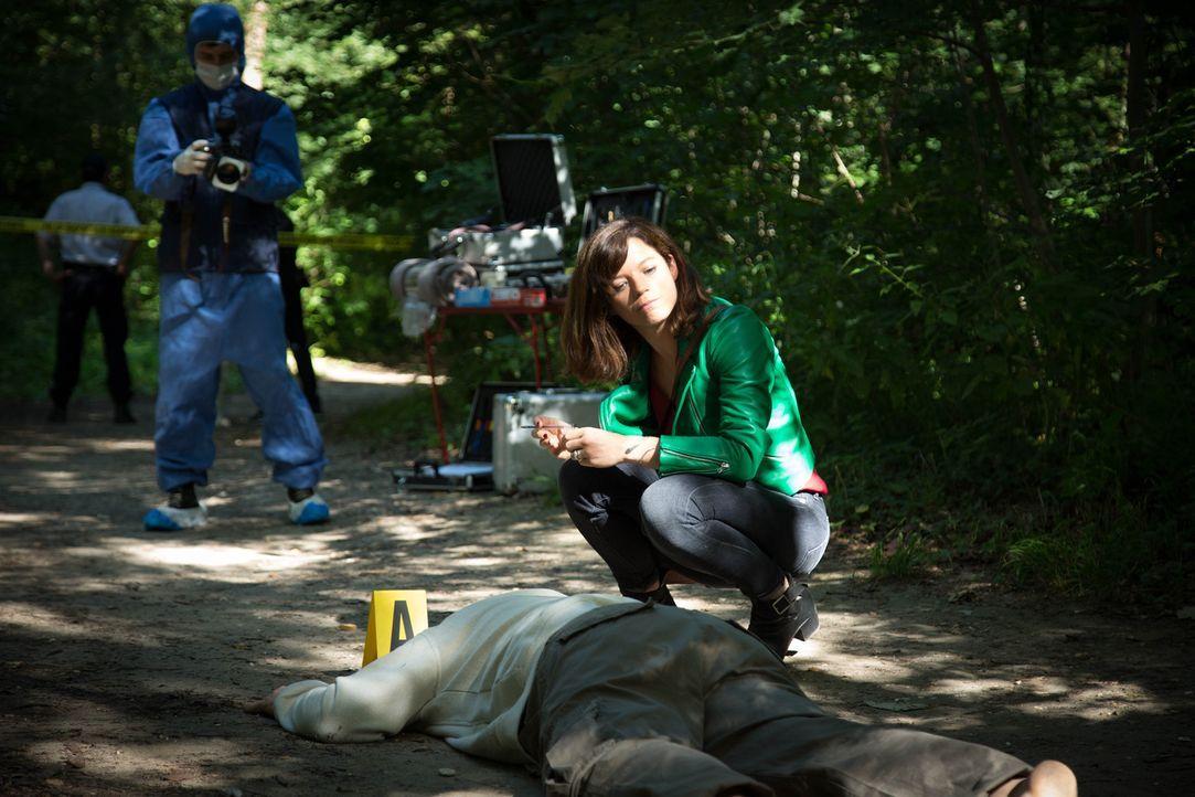 In einem Waldstück wird ein toter Mann aufgefunden - gestorben durch einen Schlangenbiss. Adèle (Juliette Roudet) und das Team beginnen mit den Ermi... - Bildquelle: Eloïse Legay 2016 BEAUBOURG AUDIOVISUEL