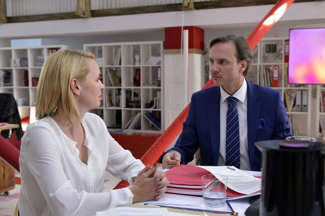 Wer ist hier perfekt? Theresa (Simone Hanselmann, l.) und Uwe (Tino Lindenberg, r.) werden nicht von Selbstzweifeln geplagt ... - Bildquelle: Oliver Ziebe SAT.1