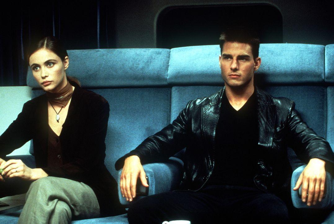 Nur zwei Agenten überleben den geheimen Einsatz in der Prager US-Botschaft: Ethan Hunt (Tom Cruise, r.) und Claire (Emmanuelle Béart, l.), die Fra... - Bildquelle: Paramount Pictures