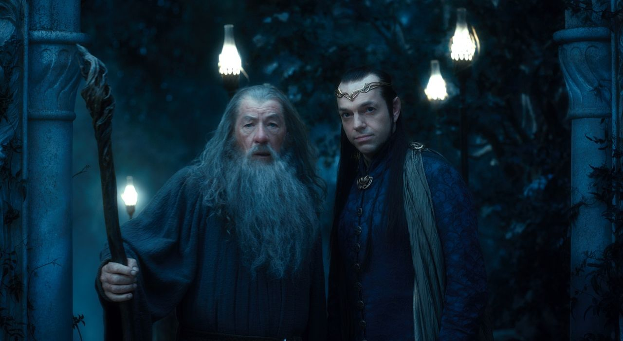 Bruchtal: Kann Zwergenanführer und Zauberer Gandalf (Ian McKellen, l.) dem Elben-Führer Elrond (Hugo Weaving, r.) vertrauen? - Bildquelle: 2012 METRO-GOLDWYN-MAYER PICTURES INC. AND WARNER BROS.ENTERTAINMENT INC. ALL RIGHTS RESERVED.