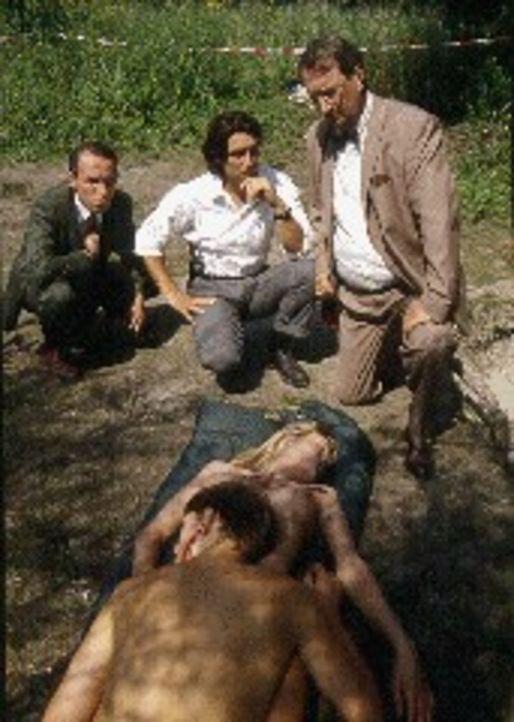 Gerichtsmediziner Leo Graf (Gerhard Zemann, r.) gibt eine erste Einschätzung über die Todesursache des Liebespaars an der Donau ab. Kommissar Moser... - Bildquelle: Ali Schafler Sat.1