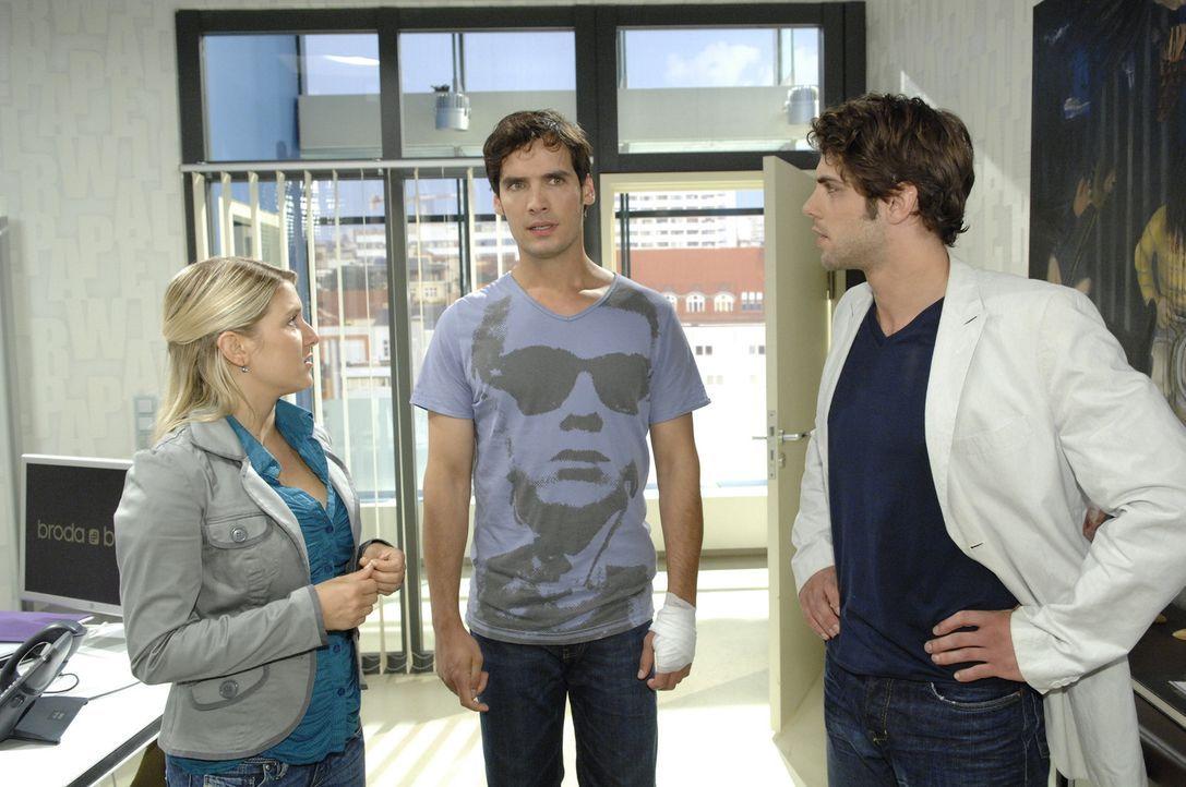 Anna (Jeanette Biedermann, l.) ist besorgt: Alexander (Paul Grasshoff, M.) nimmt zwar den Posten als Geschäftsführer an, aber sie spürt, dass er... - Bildquelle: Sat.1