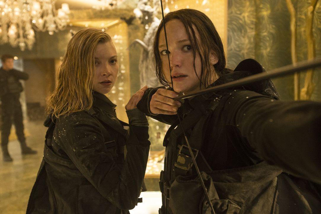 Schweren Herzens nimmt Katniss (Jennifer Lawrence, r.) ihre Rolle als Freiheitsikone an. Nun soll sie als das Gesicht der Rebellion gemeinsam mit an... - Bildquelle: Murray Close TM & © 2015 Lions Gate Entertainment Inc. All rights reserved. / Murray Close