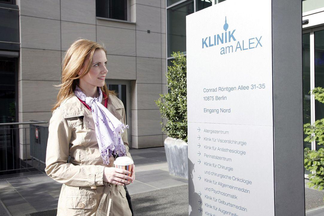 """Luisa Keller (Jana Voosen) freut sich auf ihren ersten Tag in der """"Klinik am Alex"""". - Bildquelle: Mosch Sat.1"""