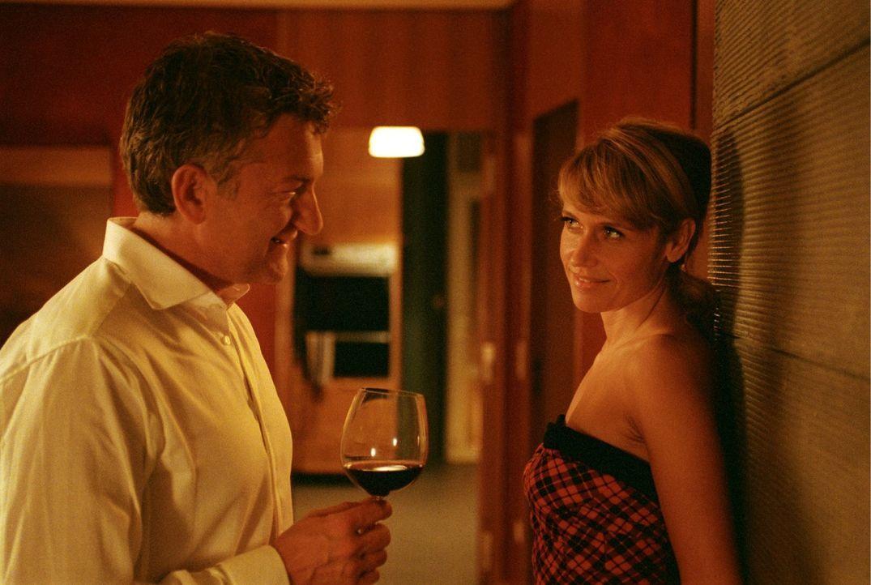 Ein moralisches Angebot: Und ob Jacky (Anica Dobra, r.) Lust hat, das Wochenende mit Henry (Dominic Raacke, l.) und Leon auf dem Hausboot zu verbrin... - Bildquelle: Sat.1