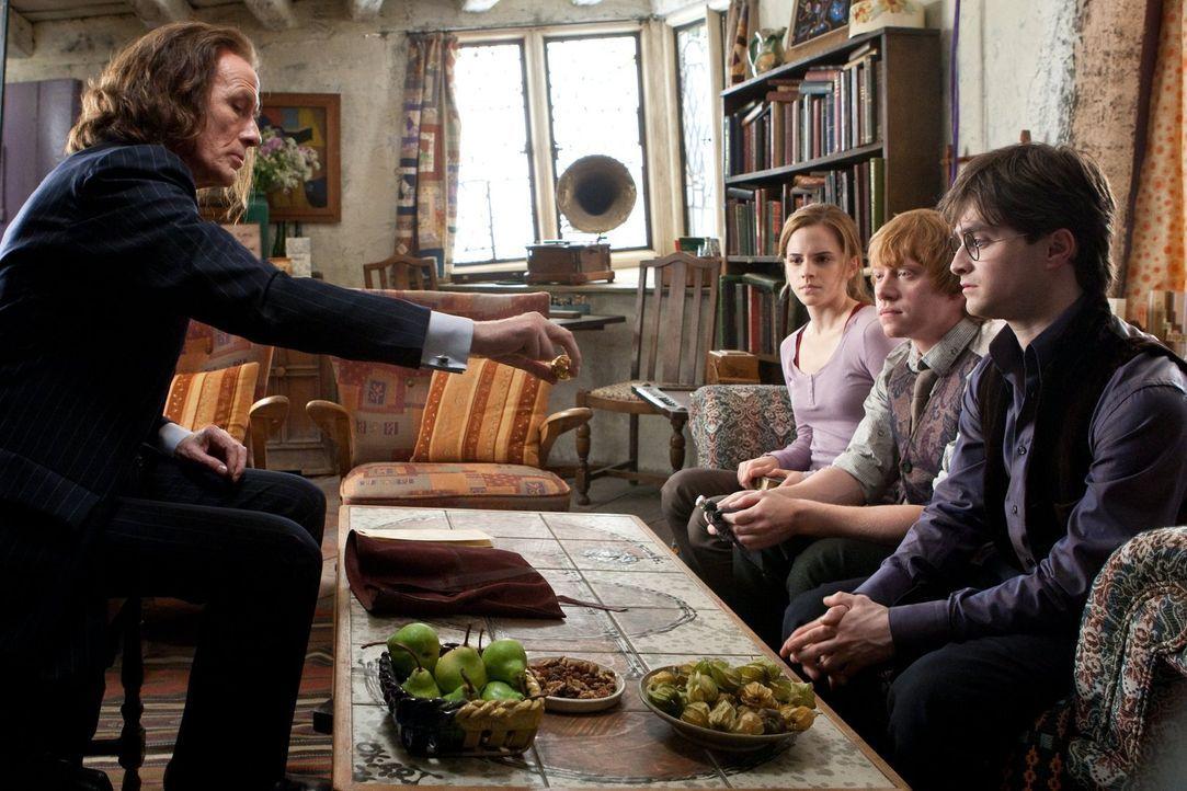 Der Zaubereiminister Rufus Scrimgeour (Bill Nighy, l.) eröffnet Hermine (Emma Watson, 2.v.l.), Ron (Rupert Grint, 2.v.r.) und Harry (Daniel Radcliff... - Bildquelle: 2010 Warner Bros.