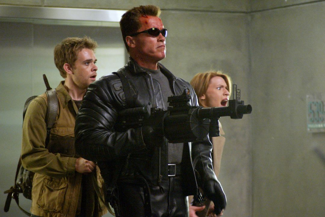 Zusammen müssen Kate Brewster (Claire Danes, r.), John Connor (Nick Stahl, l.) und T-800 (Arnold Schwarzenegger, M.) die überlegene T-X besiegen und... - Bildquelle: 2004 Sony Pictures Television International. All Rights Reserved.