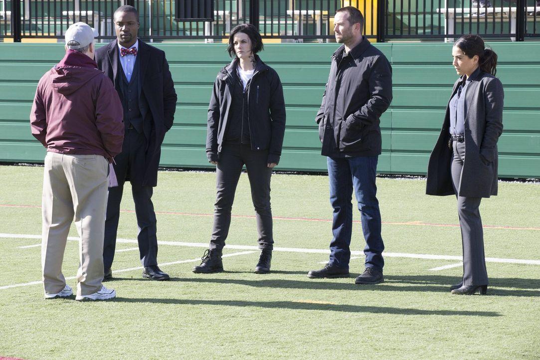 Als Reade (Rob Brown, 2.v.l.), Jane (Jaimie Alexander, M.), Weller (Sullivan Stapleton,2.v.r.) und Zapata (Audrey Esparza, r.) den Uni-Footballtrain... - Bildquelle: Warner Brothers