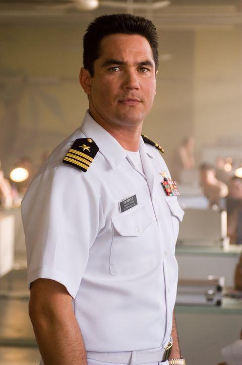 Als eine Rakete der Navy ein Passagierflugzeug schwer beschädigt, die Piloten und mehrere Passagiere tötet, setzt Commander James Slan (Dean Cain) a... - Bildquelle: Columbia Broadcasting System