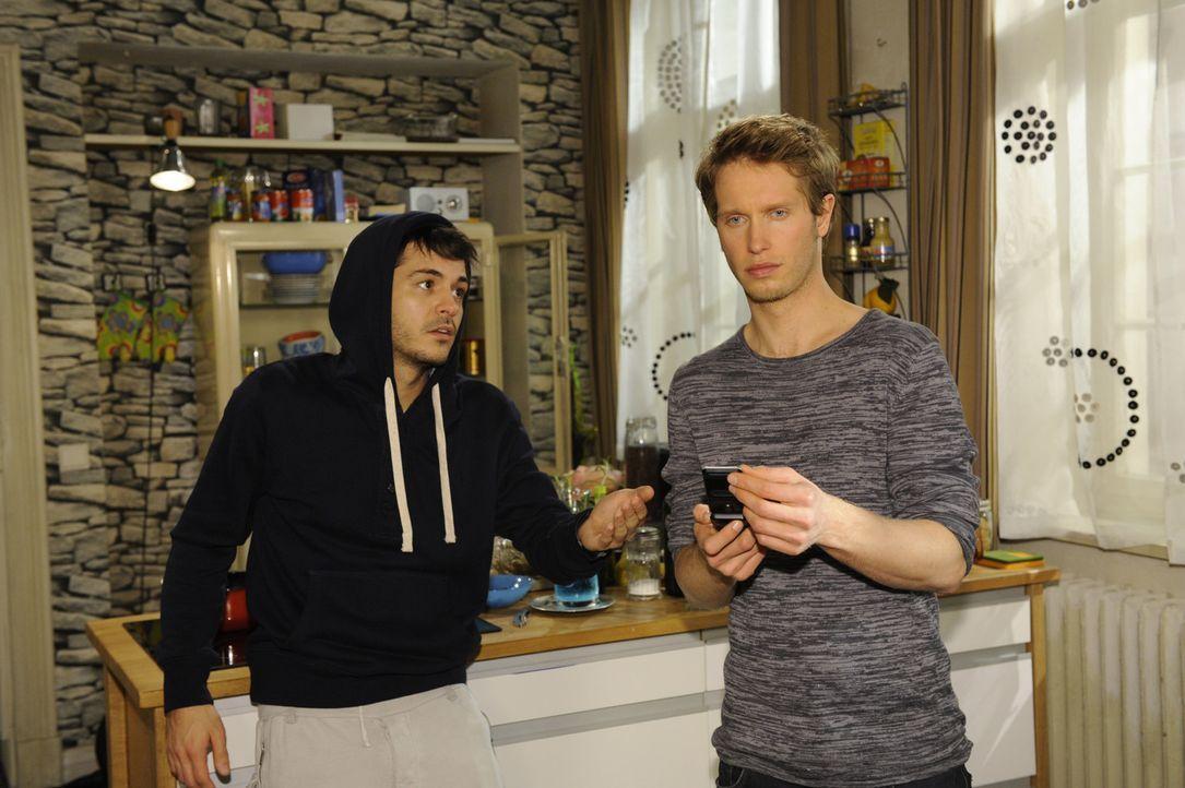 Nachdem Jojo (Bernhard Bozian, r.) Nina und Luca gemeinsam im Innenhof der Goldelse gesehen hat, ist er völlig durch den Wind. Mike (Sebastian Kön... - Bildquelle: SAT.1