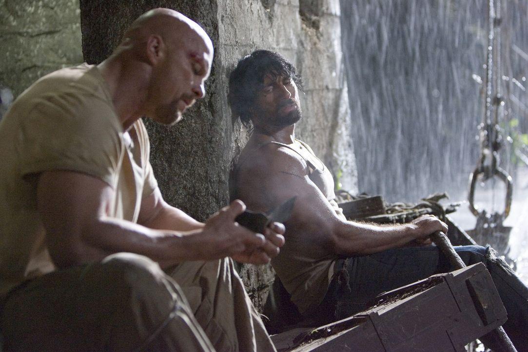 Es kann nur einer überleben: Conrad (Steve Austin, l.) und Paco (Manu Bennett, r.) ... - Bildquelle: 2007 WWE Films, Inc. All Rights Reserved.