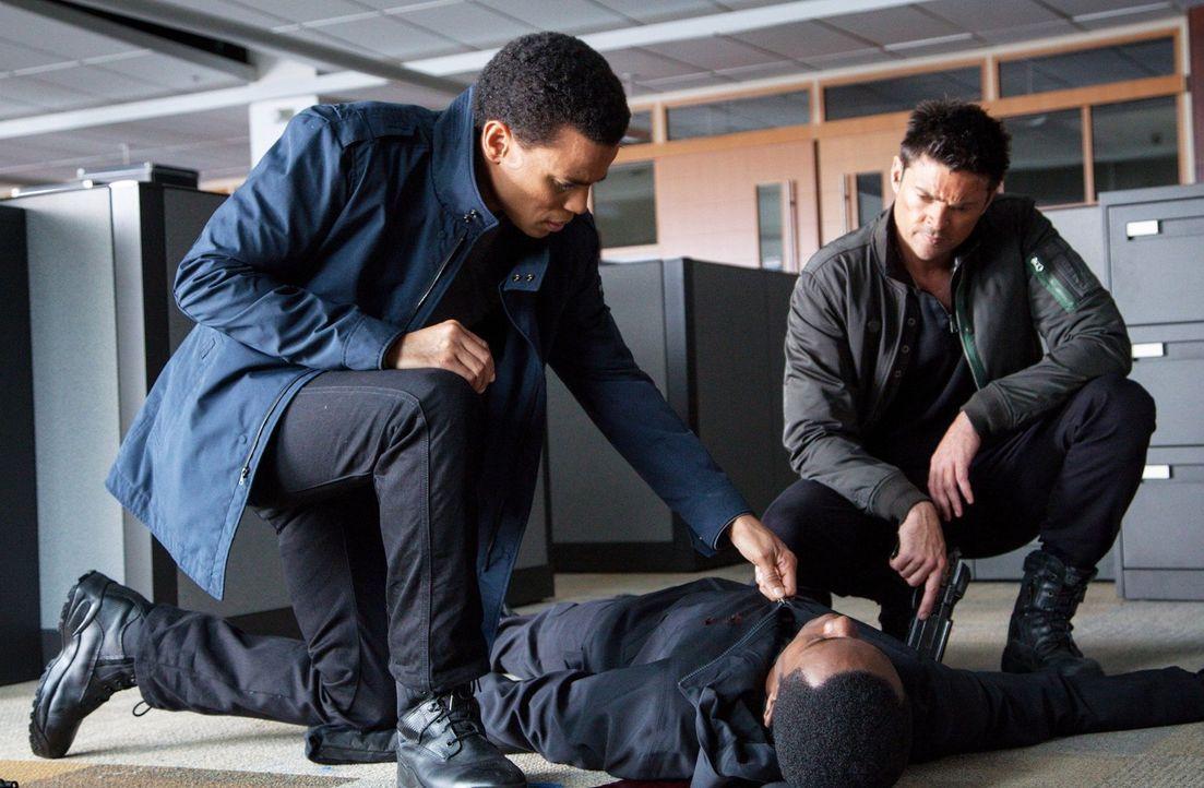 Als John (Karl Urban, r.) und sein Partner Dorian (Michael Ealy, l.) eine erstaunliche Entdeckung machen, sorgt diese für eine Menge Verwirrung ... - Bildquelle: Warner Bros. Television