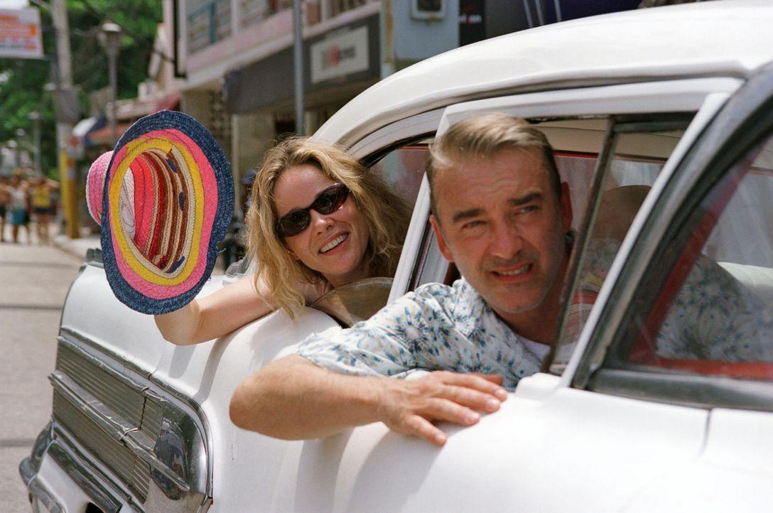 Endlich in der Karibik: Billy (Ann-Kathrin Kramer, l.) und Christian (Christoph M. Ohrt, r.) freuen sich auf den bevorstehenden Segeltörn ... - Bildquelle: Walter Bailey Sat.1