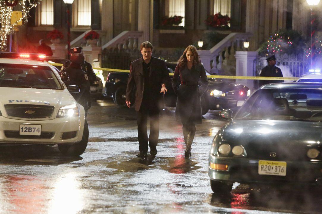 Ein Arzt der Notaufnahme wurde auf offener Straße angeschossen. Castle (Nathan Fillion, M. l.) und Beckett (Stana Katic, M. r.) begeben sich zum Tat... - Bildquelle: ABC Studios