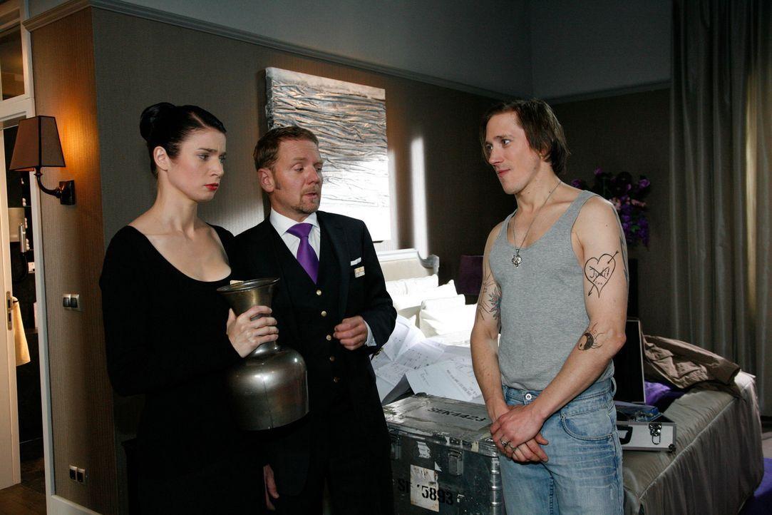 Während Manu versehentlich im Kofferraum von Mark gelandet ist, machen sich Gina (Elisabeth Sutterlüty, l.) und Carlo Pisani (Mathias Kahler-Polag... - Bildquelle: SAT.1