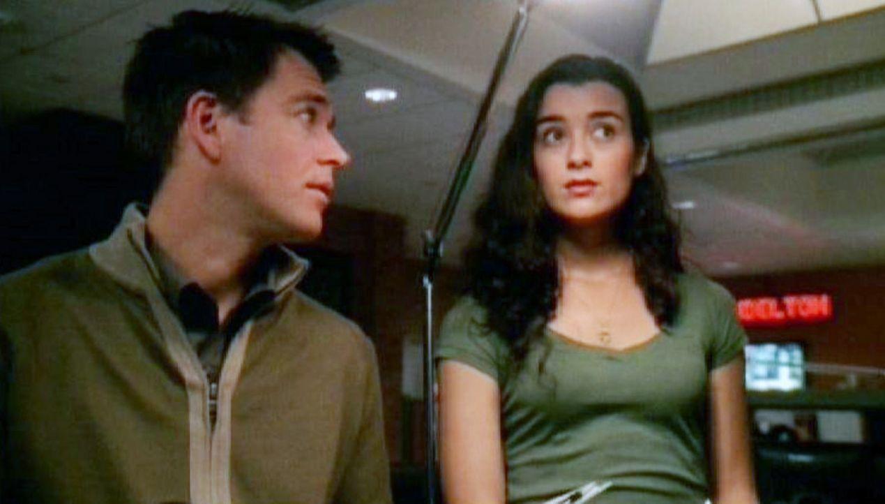 Ziva David (Cote de Pablo, r.) und Tony (Michael Weatherly, l.) analysieren den Fall ... - Bildquelle: CBS Television