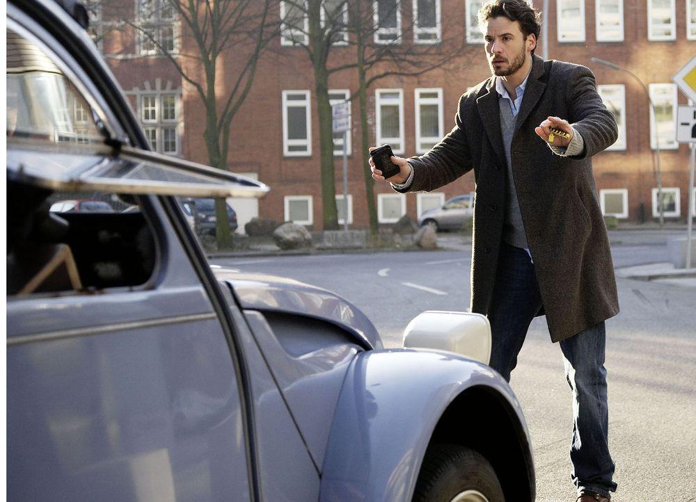 Ein kleiner unachtsamer Moment und schon wird Tom Harder (Stephan Luca) von einem Auto erfasst. Er landet mit einer schweren Kopfverletzung im Krank... - Bildquelle: Sat.1