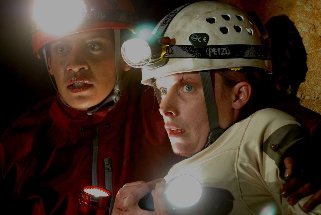 Unglücklicherweise kehren Sarahs (Shauna MacDonald, r.) Erinnerungen an die blinden Höhlenmonster zu spät für sie selbst und Deputy Ellen Rios (Krys... - Bildquelle: Licensed by Square One Entertainment GmbH & Co.KG
