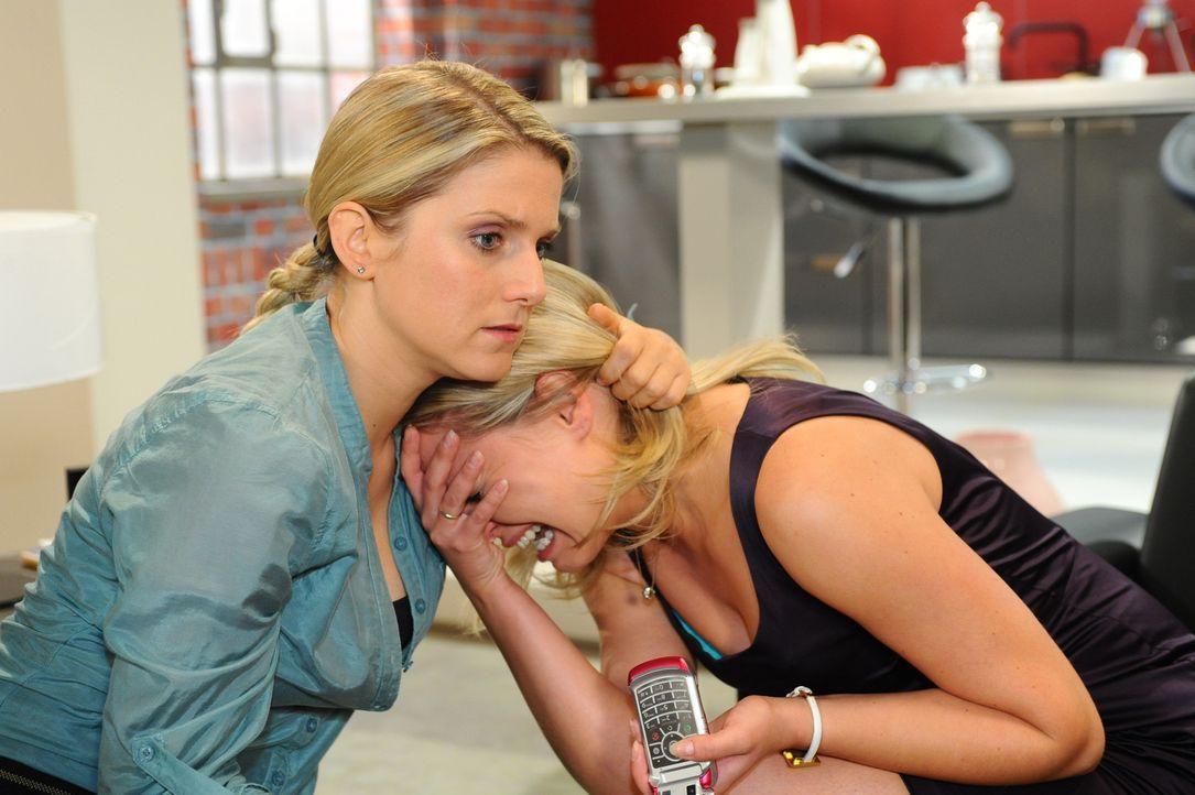 Anna (Jeanette Biedermann, l.) versucht Katja (Karolina Lodyga, r.) zu beruhigen, denn es scheint, als hätte sie alles verloren. - Bildquelle: SAT.1