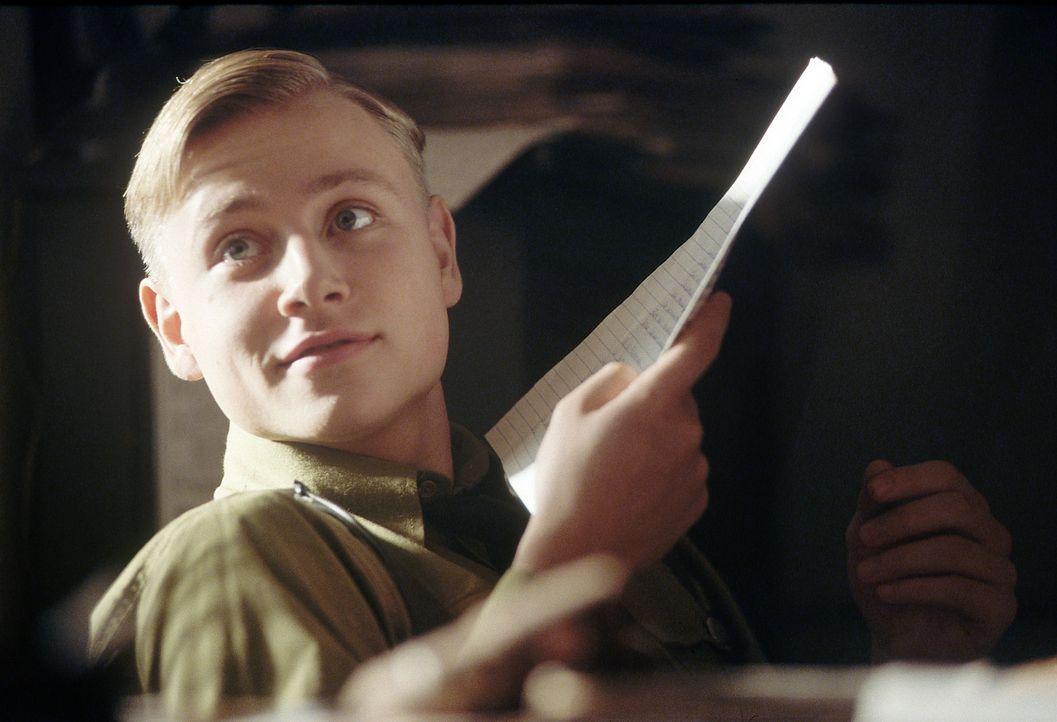 In dem Angebot, eine von Hitlers Eliteschulen zu besuchen, sieht Arbeitersohn Friedrich (Max Riemelt) die Chance seines Lebens. Er fälscht die Unte... - Bildquelle: Constantin Film