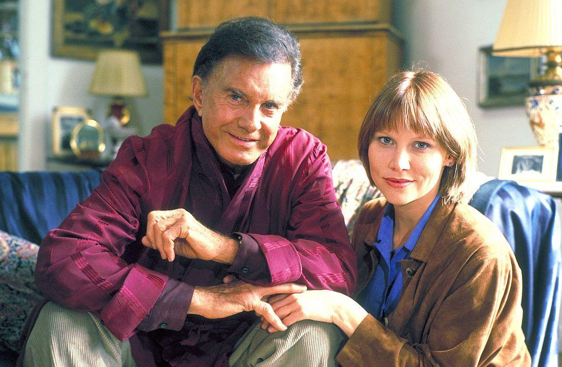 Als Tracy (Sammi Davis, r.) von den Ermittlungen abgezogen wird, stattet sie zunächst ihrem Vater (Cliff Robertson, l.) in Berlin einen Besuch ab.... - Bildquelle: ProSieben