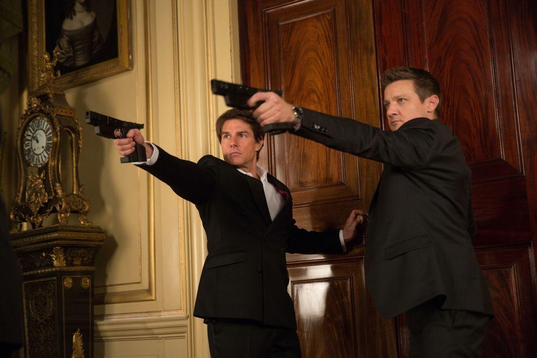 Geraten ins Schussfeuer: William Brandt (Jeremy Renner, r.) und Ethan Hunt (Tom Cruise, l.) ... - Bildquelle: David James 2015 PARAMOUNT PICTURES. ALL RIGHTS RESERVED. / David James
