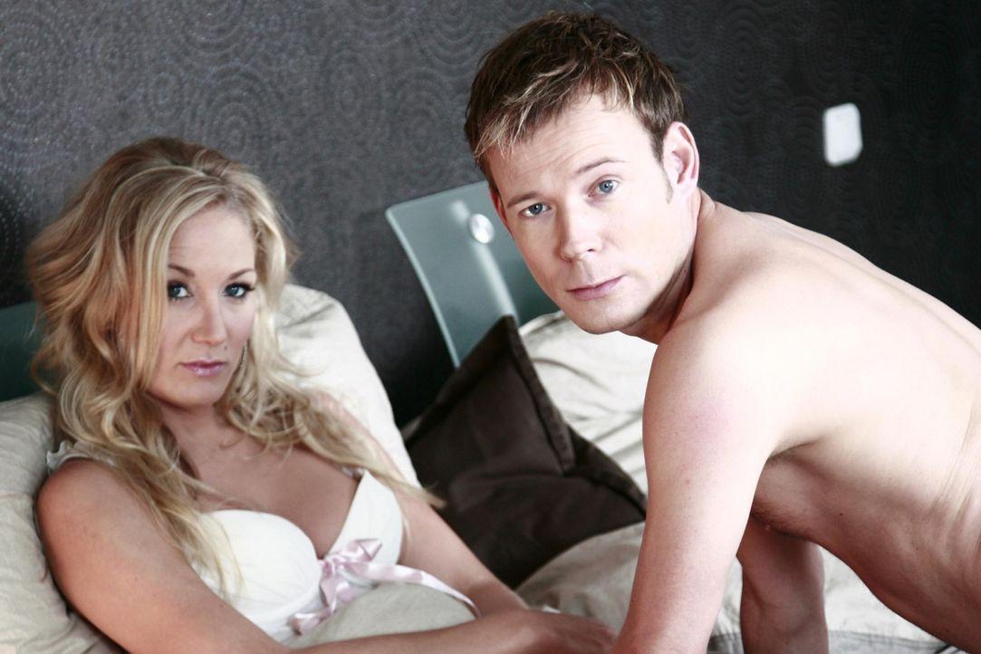 Mathias (Mathias Schlung, r.) betrügt seine Frau mit einer anderen - das Verflixte ist nur, dass seine Freundin (Janine Kunze, l.) auch seine Chefi... - Bildquelle: Sat.1