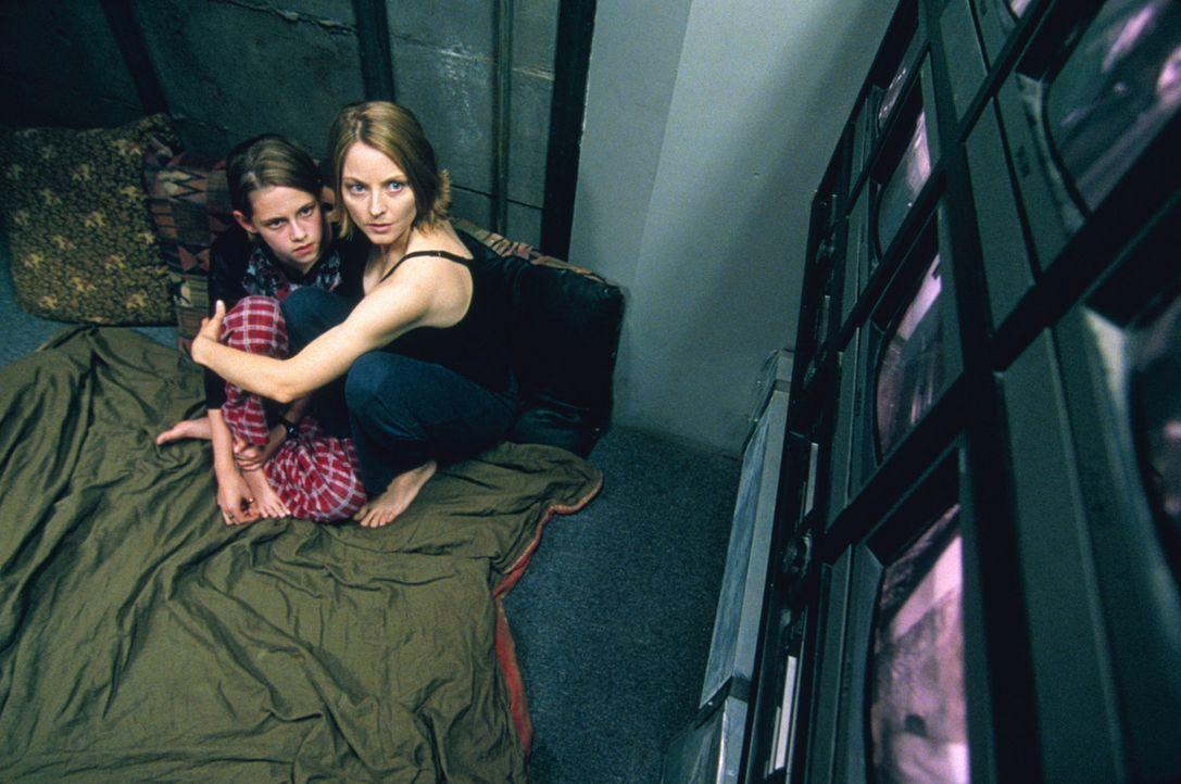 """Hinter Zentimeter dickem Stahl, in dem sogenannten """"Panic Room"""", fühlen sich Sarah (Kristen Stewart, l.) und ihre Mutter Meg (Jodie Foster, r.) vor... - Bildquelle: 2003 Sony Pictures Television International. All Rights Reserved"""